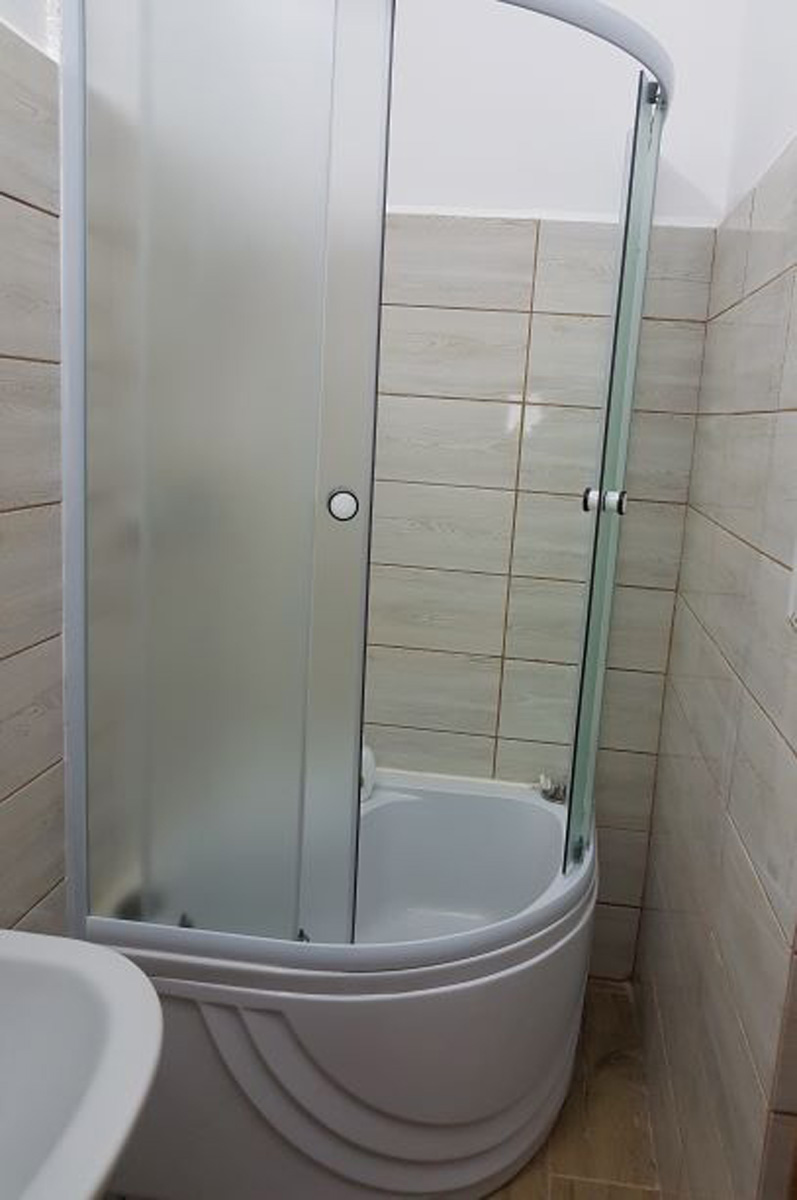 amenajare interioara baie ob. sanitare, gresie, faianta , lavab.